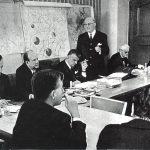 Ein historischer Tag für Kassel: Am 18. Februar 1970 beschließt die hessische Landesregierung, eine integrierte Gesamthochschule einzurichten – die erste ihrer Art in der Bundesrepublik Deutschland. Die Entscheidung fällt auf einer Sitzung im Kasseler Rathaus (Foto), bei der u.a. Kassels Oberbürgermeister Karl Branner (stehend), der hessische Ministerpräsident Albert Osswald (links daneben) und Kultusminister Ludwig von Friedeburg (ganz rechts) anwesend sind.