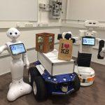 """Dürfen wir vorstellen: Das sind Pepper und Tiago, zwei humanoide Roboter. Vielleicht treffen Sie die beiden schon bald in einem Einkaufszentrum, wo sie Ihre Einkäufe tragen und an einen Lieferdienst nach Hause übergeben. Einsatzmöglichkeiten dieser Art werden derzeit im Forschungsprojekt """"Unbeschwert urban unterwegs"""" (U-hoch-3) im Fachgebiet Mensch-Maschine-Systemtechnik getestet. Das Team um Prof. Dr. Ludger Schmidt erforscht zusammen mit Partnern wie der Kasseler Verkehrsgesellschaft KVG und dem Nordhessischen Verkehrsverbund NVV, wie die Fahrt mit Bus und Bahn bequemer und attraktiver werden kann. Im Vordergrund steht dabei die Mensch-Roboter-Kommunikation."""