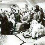 Etwa 150 Studierende veranstalten 1979 ein Go-In und besetzen die Verwaltung der GhK, um auf die eklatante Raum- und Personalnot in vielen Fachbereichen hinzuweisen. Präsident von Weizsäcker (im Bildvordergrund), der immer das Gespräch mit den Studierenden sucht, diskutiert auch hier mit den Protestierenden bis tief in die Nacht, auch um die Räumung des Gebäudes durch die Polizei zu verhindern. Weizsäcker weist darauf hin, dass Aktionen dieser Art wenig dienlich seien und sich die Situation nur durch den langfristigen personellen und räumlichen Ausbau der GhK verbessern lasse. Am nächsten Tag trifft man sich zu weiteren Arbeitsgesprächen. Die Studierenden greifen aber auch zu Besen und Eimer, um die Überreste der Aktion zu beseitigen.