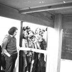 """Bis heute steht ein besonderes """"Möbelstück"""" im Gebäude """"K10"""": der Beuys-Tisch. Er ist als kreative Antwort auf die Raumnot an der GhK zu Beginn der 1980er Jahre entstanden, als die ersten Gebäude auf dem ehemaligen Henschel-Gelände bezogen werden. Um zusätzlichen Platz zum Arbeiten zu schaffen, bauen acht Studierende aus dem Fachbereich Architektur, Stadt- und Landschaftsplanung zunächst eine zusätzliche Ebene in den Raum 204. Die Hochschulverwaltung sieht darin eine Gefahr und lässt das Podest unter Polizeiaufsicht abreißen. Die Studierenden wollen sich mit dieser """"Willkür der Bürokratie"""" nicht abfinden. Ein Tisch im Maßstab 3:1 soll Abhilfe schaffen, denn als Möbelstück unterliegt er keinen baurechtlichen Verordnungen. Der Fachbereichsrat unterstützt den Bau mit 7000 DM. Joseph Beuys, der zur Vorbereitung der documenta 8 in Kassel weilt, weiht den Tisch ein und signiert ihn als """"Ur-Tisch"""". Er erklärt ihn kurzerhand zum Kunstwerk, das """"unantastbar und unverrückbar"""" sei."""