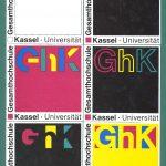 """1993 beschließt der Konvent den Namen """"Universität Gesamthochschule Kassel"""". Damit soll die GhK als Universität in internationalen Wissenschaftskontakten stärker profiliert und gleichzeitig der Innovationsgedanke der Gesamthochschule gewürdigt werden. Ab 2002 verzichtet die Universität entsprechend einem Beschluss des Senats auf die Bezeichnung """"Gesamthochschule"""" und nennt sich fortan """"Universität Kassel""""."""
