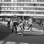 """1993 wird die Aktion """"das Zebra streifen"""" zu Ehren von Prof. Dr. Lucius Burckhardt und aus Anlass seiner Emeritierung organisiert. Mit einem mobilen Zebrastreifen und einer Prozession von 600 Personen durch Kassel machen die Organisatoren Helmut Aebischer, Ruth Jureczek und Gerhard Lang auf die Situation von Fußgänger*innen aufmerksam. Diese sind bei ihrem Weg durch die Stadt durch die Verkehrsplaner stark eingeschränkt. Mit einem mobilen Zebrastreifen können sie dagegen überall dort die Straße überqueren, wo es ihnen sinnvoll erscheint."""