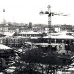 1982 ist der Campus am Holländischen Platz eine Großbaustelle. Auf dem ehemaligen Fabrik-Gelände des Lokomotivbauers Henschel entsteht das zentrale neue Hochschulquartier. Schon seit 1978 nutzt die GhK ehemalige Werksgebäude. Nun werden zwei neue Hörsaalzentren, Wohnheime und Gebäudekomplexe für die Wirtschafts- und Sozialwissenschaften gebaut, die 1985 bezogen werden können. Charakteristisch für die Neubauten ist die Backsteinarchitektur, die dem Campus seinen unverwechselbaren Charme gibt.