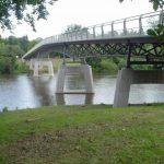 2007 wird die Gärtnerplatzbrücke über die Fulda eingeweiht. Sie ist die erste größere Brücke in Deutschland, die aus ultrahochfestem Beton (UHPC) gefertigt wurde. UHPC wird an der Uni Kassel wesentlich vom Fachgebiet Massivbau des Fachbereichs Bauingenieur- und Umweltingenieurwesen entwickelt. Bauwerke aus UHPC sind wesentlich filigraner, materialsparender und dauerhafter als aus herkömmlichem Beton. Die Erneuerung der Brücke erfolgte seit 2003 in enger Kooperation zwischen der Universität und dem Straßenverkehrsamt der Stadt Kassel.
