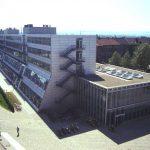 """1995 wird das Gebäude """"Technik III/2"""" am Campus Hopla eingeweiht, von den Studierenden humorvoll """"Raumschiff"""" genannt. Vor allem die Fachbereiche Maschinenbau und Bauingenieurwesen freuen sich über moderne Räumlichkeiten für Forschung und Lehre, die durch die großen Fensterflächen auch von außen einsehbar sind. Der nüchterne Glasbau steht architektonisch im Gegensatz zu den begrünten Backsteinbauwerken in der Diagonale und schützt den Campus auch vor dem Lärm der vielbefahrenen Kurt-Wolters-Straße."""