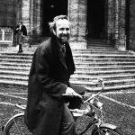 """Nicht im Dienstwagen mit Chauffeur, sondern umweltfreundlich auf dem Fahrrad ist Prof. Dr. Ernst Ulrich von Weizsäcker, der zweite Gründungspräsident der Gesamthochschule, in Kassel unterwegs. In seiner Amtszeit von 1975 bis 1980 setzt er sich vor allem für den Ausbau des """"Kasseler Modells"""" der integrierten Studiengänge ein. Er versucht dabei einen Ausgleich zwischen Reformpositionen und Qualitätsansprüchen. Wichtig ist ihm zudem der Praxisbezug der Studiengänge und eine offene, liberale Hochschule. Mit seinem Eintreten für Nachhaltigkeit und Umweltbewusstsein ist er seiner Zeit weit voraus."""