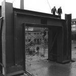 """Eines der Wahrzeichen der Uni Kassel ist das """"Tor des irdischen Friedens"""", auch das """"Blaue Tor"""" genannt, das im Osten des Campus Hopla den Eingang zur Universität markiert. 1987 wird das Kunstwerk des Kasseler Kunstprofessors Eberhard Fiebig errichtet. Die 100 Tonnen schwere Stahlskulptur ist ein Aufruf, die Wissenschaft in den Dienst des Friedens zu stellen. Der Künstler möchte mit dem Namen an das berühmte Pendant, das """"Tor des himmlischen Friedens"""" in Peking erinnern."""
