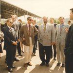 1997 besucht Prince Charles die Kompostierungsanlage am Standort Witzenhausen. Der Prince of Wales setzt sich seit langem für Nachhaltigkeit ein und stellte sein Landgut Highgrove in Gloucestershire schon in den 1980er Jahren auf ökologische Bewirtschaftung um. Ein enger Berater war dabei Prof. Dr. Hardy Vogtmann (rechts neben Prince Charles), der an der GhK seit 1981 den ersten Lehrstuhl für ökologischen Landbau innehatte und als Wegbereiter für den Ökolandbau in Deutschland gilt.