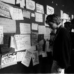 Whatsapp, Facebook, Ebay und Instagram gibt's 1987 noch nicht: Deswegen nutzen Studierende das Schwarze Brett am AVZ als soziales Netzwerk, um WG-Zimmer zu finden, Autos zu verkaufen, Möbel und Musikinstrumente zu tauschen und Gleichgesinnte zu suchen.