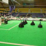 """Die Uni Kassel ist auch im Fußball erfolgreich – im Roboterfußball. Das Team """"Carpe Noctem"""" vom Fachgebiet """"Verteilte Systeme"""" unter der Leitung von Prof. Dr. Kurt Geihs entwickelt ab 2005 autonome mobile Roboter, die durch künstliche Intelligenz komplexe Aufgaben lösen und sich untereinander koordinieren können. Beim Roboterfußball werden die Forschungsergebnisse aus der Robotik durch praktische Anwendung getestet. Auch wenn der sportliche Erfolg nicht im Vordergrund steht, spornen die guten Platzierungen beim RoboCup, der Weltmeisterschaft der Fußball-Roboter, das Team an: So wird 2006 bei der ersten Teilnahme auf Anhieb der siebte Platz von 24 Teilnehmern erreicht. Bis 2018 erzielt """"Carpe Noctem"""" weitere gute Erfolge bei Turnieren auf nationaler und internationaler Ebene. Hier finden Sie einige Eindrücke vom Roboterfußball: https://www.youtube.com/watch?v=jNmVGEkB7rY sowie Eindrücke von der Robotica in Portugal 2017 https://www.youtube.com/watch?v=k-iESDRNHAg"""