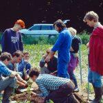 """Zum Wintersemester 1996/97 wird der Studiengang """"Ökologische Landwirtschaft"""" am Standort Witzenhausen eingeführt – der erste weltweit an einer Universität. Schon seit 1981 übernimmt der Fachbereich eine Vorreiterrolle und richtet das bundesweit erste Fachgebiet für Ökologischen Landbau mit einem angegliederten Lehr- und Versuchshof ein – auch auf Anregung von Studierenden. 1993 wird dann der Studienschwerpunkt """"Ökologischer Landbau"""" eingerichtet. Das Lehr- und Lernkonzept mit einem hohen Praxisanteil durch Exkursionen und Übungen erarbeiten zum großen Teil Studierende. Bis heute nimmt der Fachbereich Ökologische Agrarwissenschaft in Witzenhausen in der deutschen und internationalen Hochschullandschaft eine einzigartige Stellung ein. Nur wenige Universitäten bieten vergleichbare Studiengänge an. 2021 feiert der Fachbereich Ökologische Agrarwissenschaften ebenfalls ein großes Jubiläum - 40 Jahre Ökologischer Landbau in Witzenhausen. Anlass, einen Blick zurück zu werfen. Hier finden Sie Berichte von Alumni, die sich mit großer Freude an ihr Studium in Witzenhausen erinnern: http://www.uni-kassel.de/fb11agrar/de/hochschulverband-witzenhausen/berichte-von-alumni.html"""