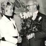 Dr. Vera Rüdiger ist nicht nur die erste Präsidentin der Gesamthochschule Kassel, sondern auch die erste Frau an der Spitze einer Hochschule. Im Oktober 1972 stimmt das hessische Kabinett der Ernennung der SPD-Politikerin durch den Gründungsbeirat der GhK zu. Kassels Oberbürgermeister Branner gehört zu den ersten Gratulanten. Bis Ende 1974 widmet sie sich vor allem der Aufgabe, die Gesamthochschule im Lehrbetrieb und in der Organisation auf feste Fundamente zu stellen.